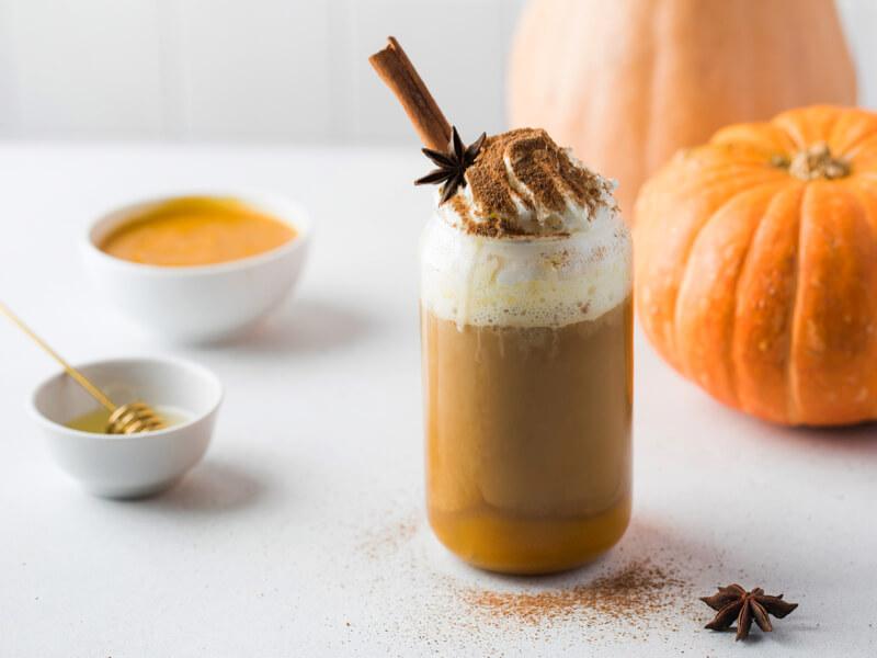 Az ősz kedvenc itala: sütőtökös fűszeres latte